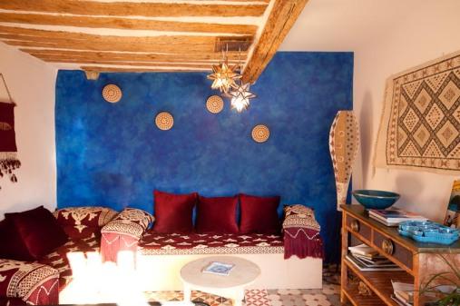 Salon au mur bleu