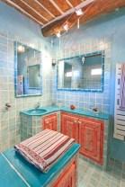 Décor peint salle de bains, corail et bleu turquoise