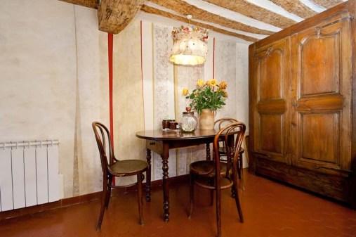 Mur décor peint acrylique et réalisation de l'abat jour en papier et tissus.