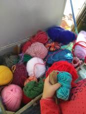 La laine et les petites mains au travail.