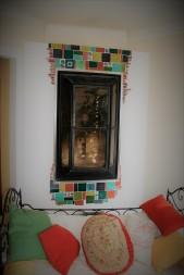 Mosaïque autour d'un foyer d'insert de cheminée.