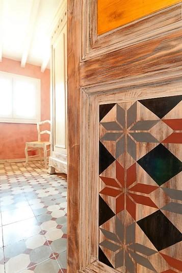 Détail de décor peint sur porte bois