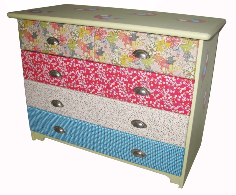 Commode peinte avec tiroirs décorés de collages de tissus.