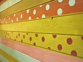 Décor peint sur une cabane de jardin.