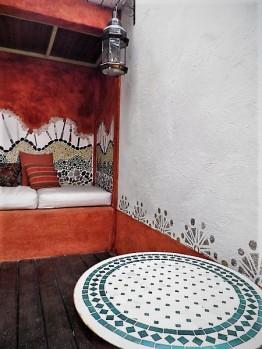 Patio mosaïque et décor peint.
