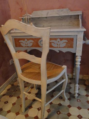 Petite chaise et coiffeuse peintes